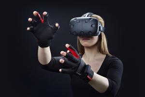 Kvinne som bruker VR utstyr